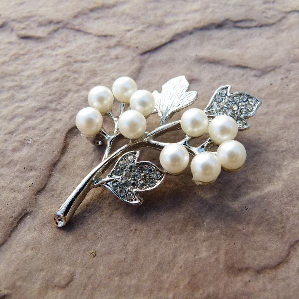 Ladies Brooch with Leaves & Pearl Flower Detail